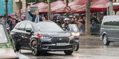 Emmanuel Macron i en DS 7 CROSSBACK